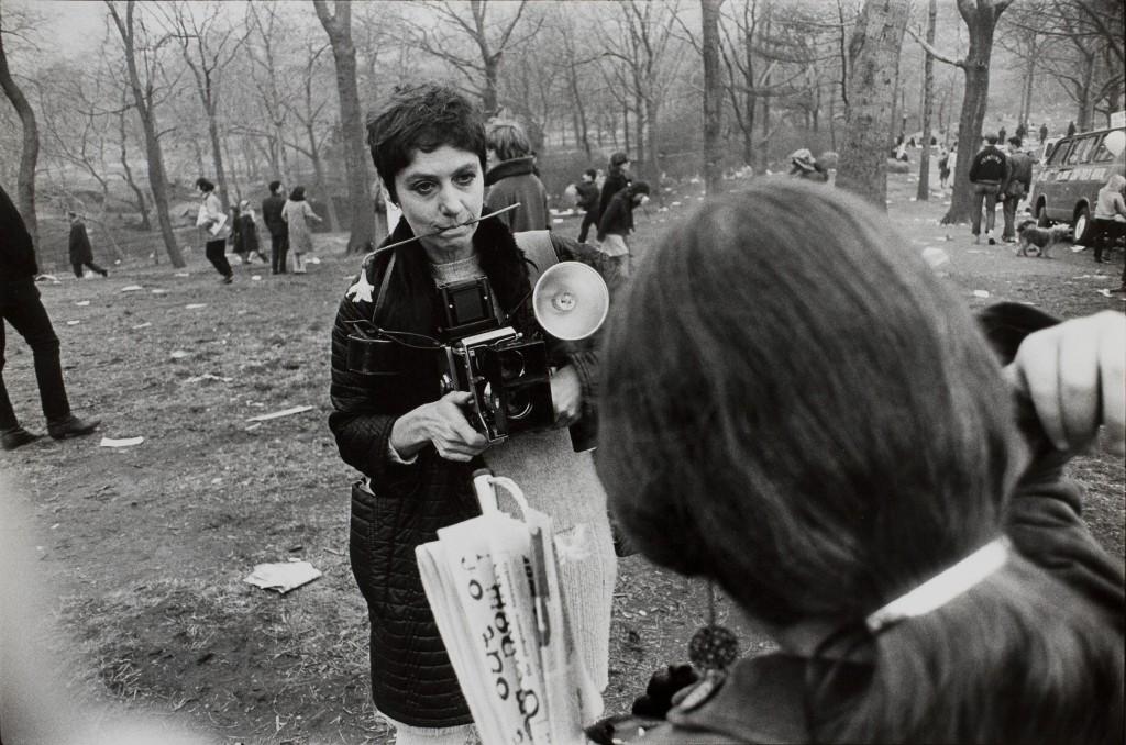 Diane Arbus ritratta in Central Park da Garry Winogrand, 1969