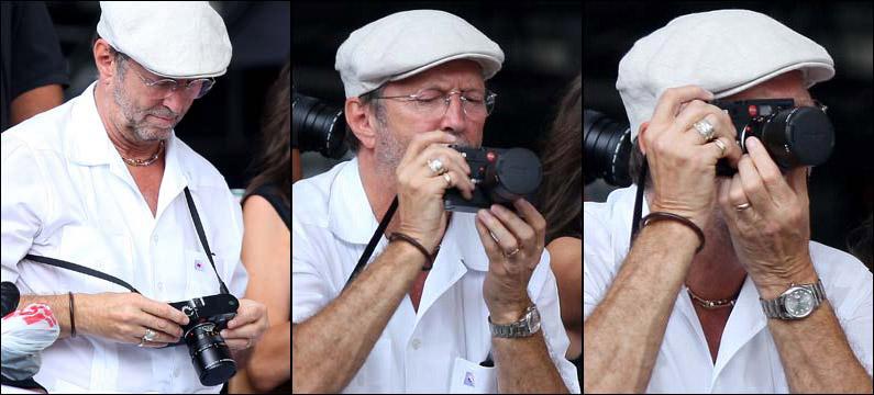 La famosa fotografia di Eric Clapton alle prese con la Leica tappata...
