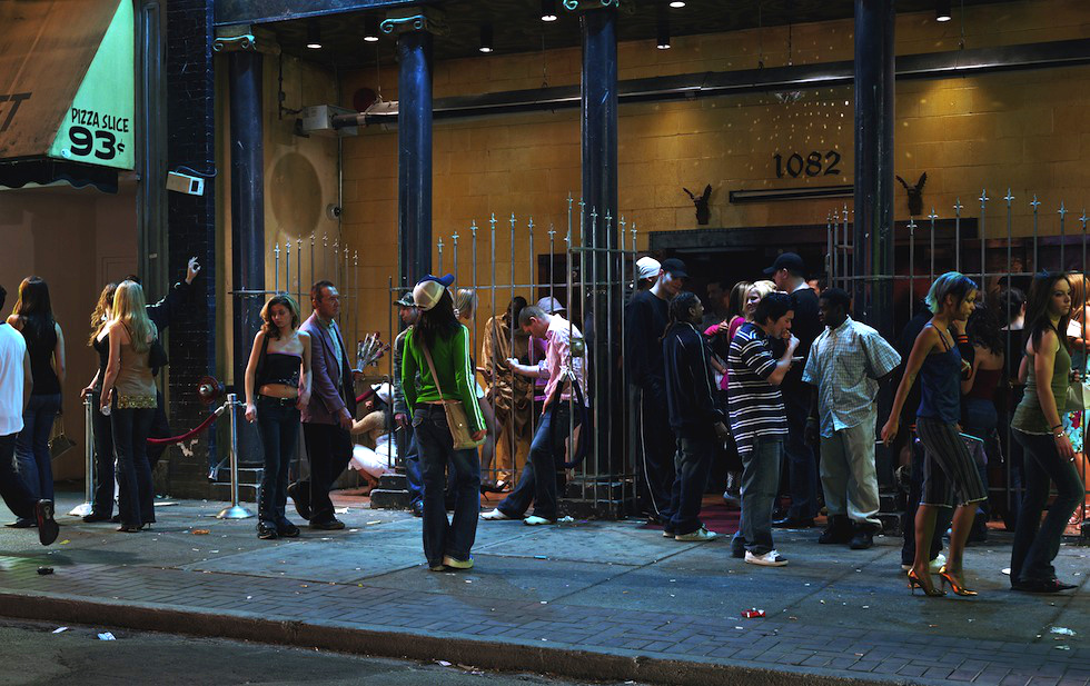 """In front of a night club"" , 2006 (fonte: Il Post)"